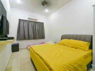 Quadruple Room - Private Bathroom - Melaka vacation rentals