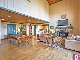 'The Cub House' Marvelous 2BR Gatlinburg House w/Wifi, Community Pool Access, Outdoor Fire Pit & Private Hot Tub! Pet Friendly w/Spacious Yard - Just Minutes from Downtown & The Great Smoky Mountains! - Gatlinburg vacation rentals
