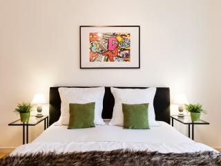 WanderLuxe★OXFORD CIRCUS!★2bed2bath★DESIGN★CLEAN★SAFE★LIFT★BRIGHT - London vacation rentals