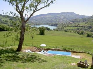Lovely apartment with pool and stunning views - Amandola vacation rentals