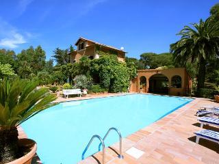 VILLA 240M2 AVEC PISCINE ET JARDIN PRIVES 9 PERS - frejus vacation rentals