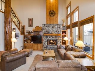 Beautiful lodge retreat w/ private hot tub & SHARC passes! - Sunriver vacation rentals