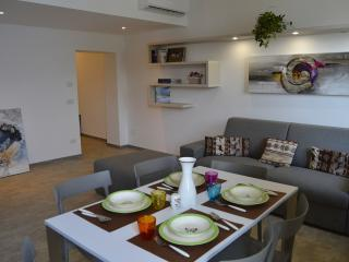 Bright 2 bedroom Valmadrera Condo with Dishwasher - Valmadrera vacation rentals