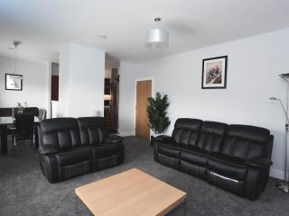 Outstanding 2 Bed Sleeps 6 Glasgow Wi-Fi & Parking - Glasgow vacation rentals
