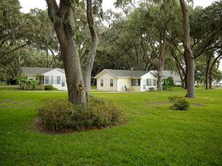 Nice Cottage with Waterfront and Microwave - Fruitland Park vacation rentals