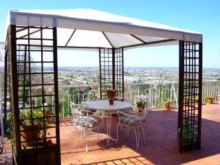 Attico con vista e ampia terrazza - Piano di Mommio vacation rentals