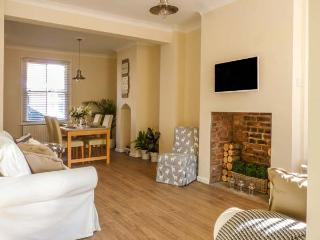 CESTRIAN COTTAGE, mid-terrace, city centre location, WiFi, in Chester, Ref 930457 - Chester vacation rentals