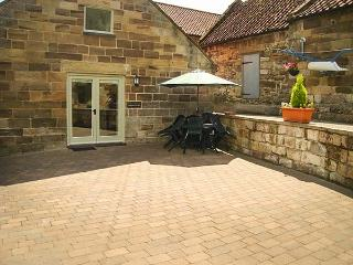 MULGRAVE COTTAGE, semi-detached, WiFi, enclosed patio, open plan, in Staithes, Ref 919000 - Staithes vacation rentals