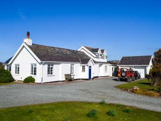 GARDD LLYWARCH, detached, two woodburners, enclosed garden, firepit, WiFi, nr Trearddur Bay, Ref 932590 - Trearddur Bay vacation rentals