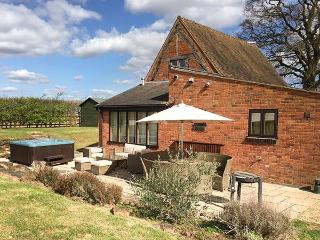 BRICKYARD BARN, hot tub, pet-friendly, WiFi, Leamington Spa, Ref 933667 - Leamington Spa vacation rentals
