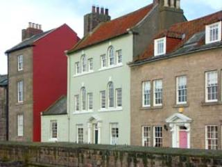 THOMAS SWORD GOOD HOUSE, character cottage,open fire, courtyard, in Berwick-upon-Tweed, Ref 935549 - Image 1 - Berwick-upon-tweed - rentals