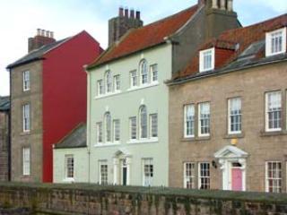 THOMAS SWORD GOOD HOUSE, character cottage,open fire, courtyard, in Berwick-upon-Tweed, Ref 935549 - Berwick-upon-tweed vacation rentals