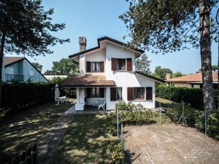 Bright 3 bedroom Isola Albarella Villa with A/C - Isola Albarella vacation rentals