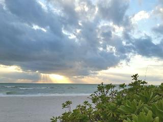 Holmes Beach Side Vacation Rental Cottage Walk to Beach, Shopping, and More! - Bradenton Beach vacation rentals