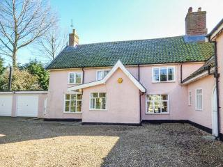 ST MICHAEL'S HOUSE, wooden beams, woodburning stove, in rural location in Bungay Ref 24120 - Bungay vacation rentals