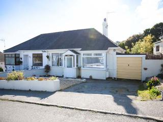 LOWENNA, semi-detached cottage, pet-friendly, enclosed garden, 10 mins to beach, in Falmouth, Ref 905003 - Falmouth vacation rentals