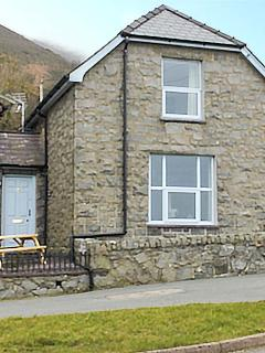 TY CAPEL, former chapel house, WiFi, front and rear patios, pet-friendly, Trefor, Ref 922552 - Trefor vacation rentals
