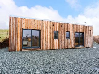 THE CABIN @ SEAVIEW, log cabin, all ground floor, multi-fuel stove, parking, garden, in Dunvegan, Ref 928733 - Dunvegan vacation rentals