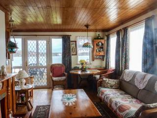 OVERSANDS COTTAGE, all ground floor, garden, pet-friendly, nr Crosshaven, Ref 933389 - Trabolgan vacation rentals