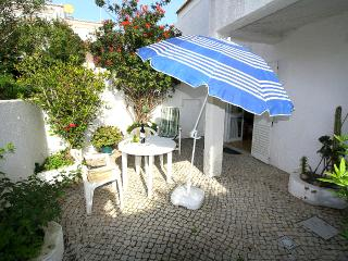 """Beach Townhouse"" 2 minutes walk to everywhere including the beach ! - Luz vacation rentals"