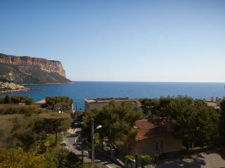 Cassis holiday apartment with stunning sea view and balcony, sleeps 4 - Cassis vacation rentals