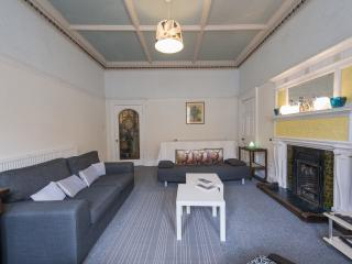 ARCHITECTURALLY BEAUTIFUL TRADITIONAL SPACIOUS  APARTMENT-VIBRANT BRUNTSFIELD - Edinburgh vacation rentals