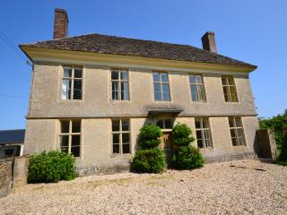 Yew Tree Farmhouse, on the edge of Cotswolds. - Swindon vacation rentals