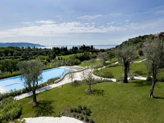 EXCLUVISE BRAND NEW GOLF CLUB VILLA. POOL & LAKE - Toscolano-Maderno vacation rentals