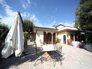 Bright 4 bedroom Tirrenia Villa with Internet Access - Tirrenia vacation rentals