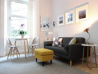 Central & Cozy 2 beds Flat + on street Parking - Edinburgh vacation rentals