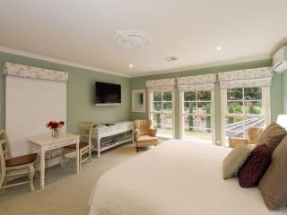Romantic 1 bedroom Traralgon Bed and Breakfast with Washing Machine - Traralgon vacation rentals
