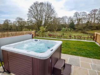 TY BUDDUG, stone-built cottage, character features, hot tub, woodburner, Llandegla, Ref 925591 - Llandegla vacation rentals