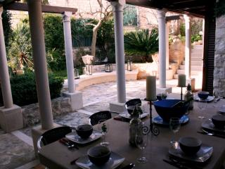 Renovated Stone Villa, Charming Dining Terrace, Outdoor Summer Kitchen & Grill - Cove Makarac (Milna) vacation rentals