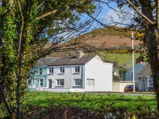 ARNANT, two sitting rooms, WiFi, enclosed lawned garden, dog-friendly, Aberaeron, Ref 932196 - Aberaeron vacation rentals