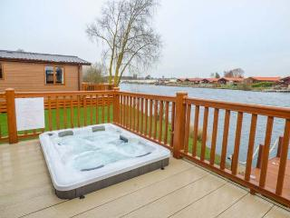 CASTLE VIEW LODGE, ground floor lodge with hot tub, lake views, en-suite, on-site faciltiies, near Tattershall, Ref. 916115 - Tattershall vacation rentals