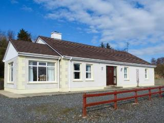 CREESLOUGH VIEW, open fire, pet-friendly, two family rooms, nr Creeslough, Ref 935559 - Creeslough vacation rentals