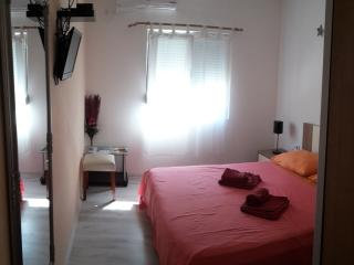 Cozy 1 bedroom Guest house in Zadar with Internet Access - Zadar vacation rentals