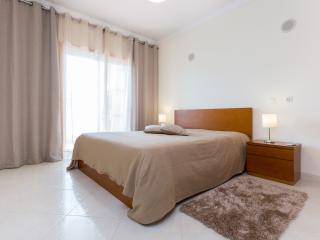 Apartamento T1 com Piscina e Garagem vista Rio - Praia da Rocha vacation rentals