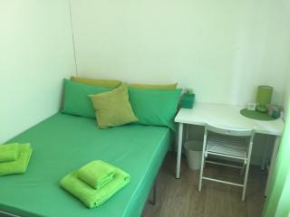 Tower Hill Nice Rooms, Lime Room - London vacation rentals