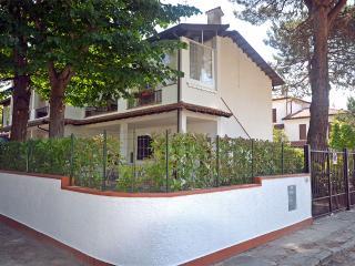 Villetta piano terra con giardino zona tranquilla - Lido delle Nazioni vacation rentals