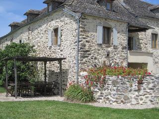 Maison de caractère avec piscine privée en Aveyron en TOUT COMPRIS - Rieupeyroux vacation rentals