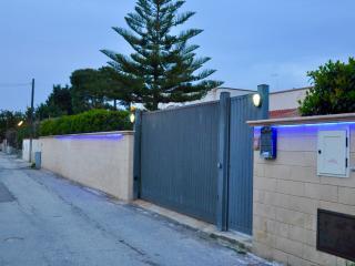 Villa Margeherita e una dependance ben rifinita con parcheggio all'interno . - San Vito vacation rentals