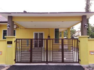 Comfortable 4 bedroom Chukai House with Long Term Rentals Allowed - Chukai vacation rentals