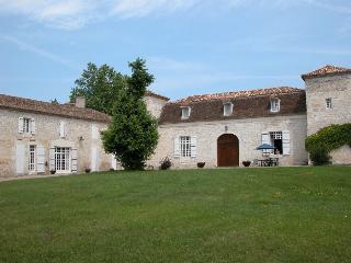 Chäteau de Foulou     La TOUR - Tournon-d'Agenais vacation rentals