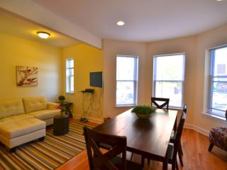 Sprawling 4 Bedroom Duplex in Lakeview! Sleeps 10 - Chicago vacation rentals