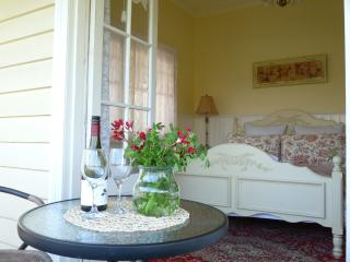 Gorgeous 4 bedroom Cottage in Healesville with Deck - Healesville vacation rentals