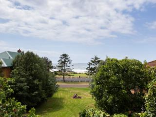 Lovely 2 bedroom Thirroul Condo with Television - Thirroul vacation rentals