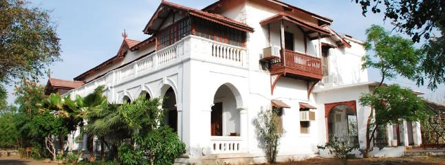 A Heritage colonial bangalow surrounded by gardens - Surendranagar vacation rentals