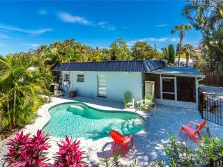 Crescent Street 1138 A, 2 bedrooms, pool, walk to the beach - Siesta Key vacation rentals