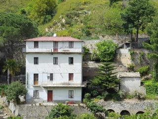 2 bedroom House with Housekeeping Included in Badolato - Badolato vacation rentals